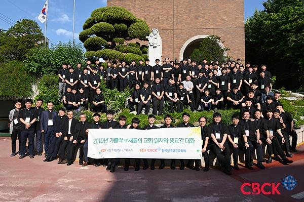 부제들이 17일 한국천주교주교회의를 방문, 한국 천주교회의 구심점인 주교회의의 역할에 대해 배운 뒤 사무처 사제단과 기념사진을 찍고 있다.